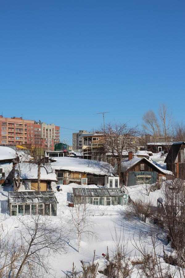 Stary drewniany mieszkaniowy domu jarzynowego ogródu zimy domowej roboty szklarniany wąwóz zakrywał śnieżnego wiejskiego kr fotografia stock