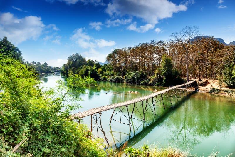 Stary drewniany most przez halną rzekę Laos, Vang Vieng obrazy stock