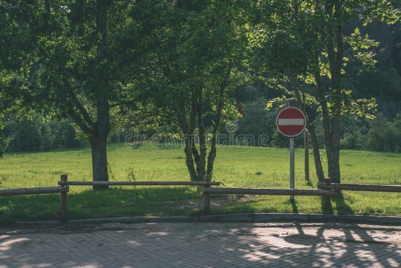 stary drewniany ogrodzenie w pięknym parku w jesieni z przerwa znakiem - v zdjęcia stock