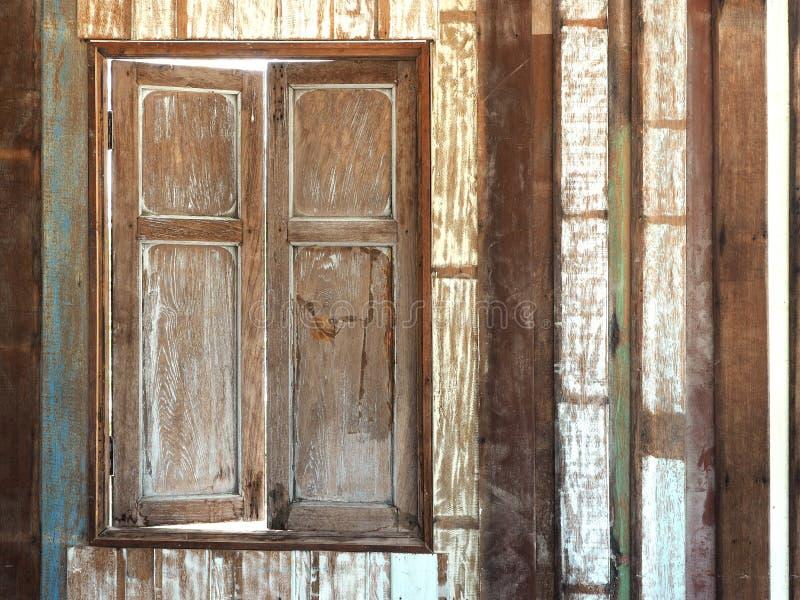 Stary drewniany okno na drewnianym deski ściany tle zdjęcie royalty free