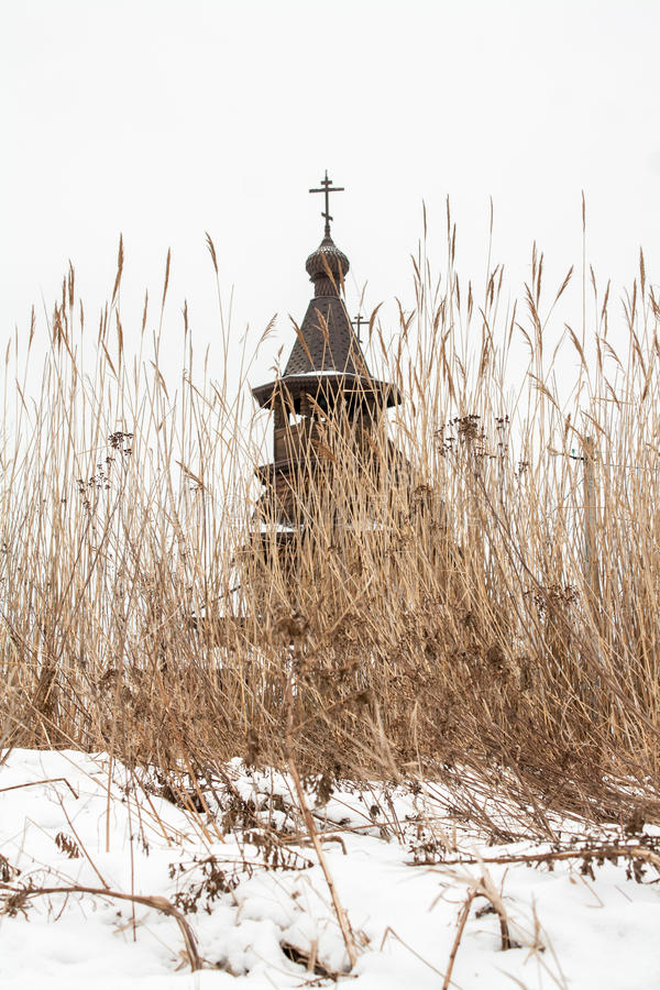 Stary drewniany ortodoksyjny kościół za suchą turzycą obraz royalty free