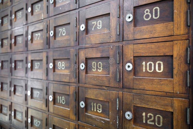 Stary drewniany poczta pudełko z liczby selekcyjną ostrością zdjęcia stock