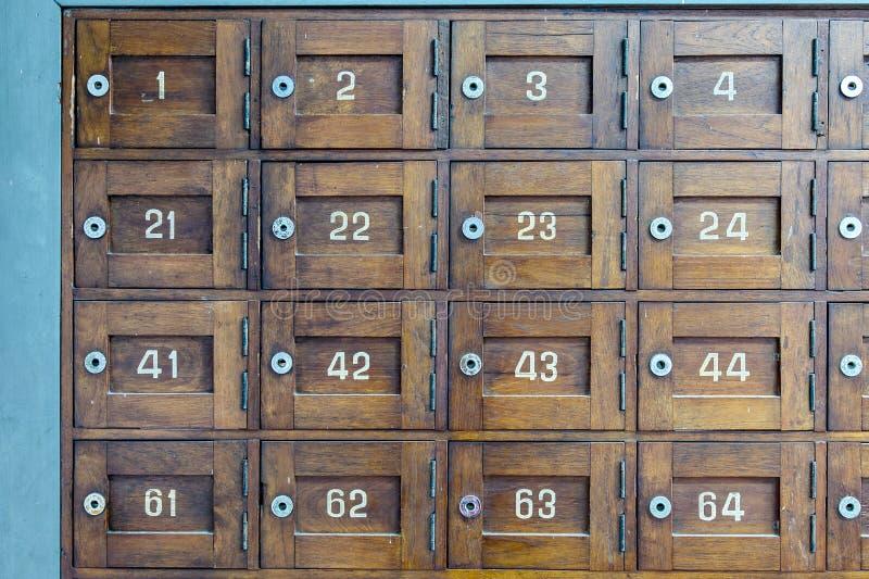 Stary drewniany poczta pudełko z liczby selekcyjną ostrością obraz royalty free