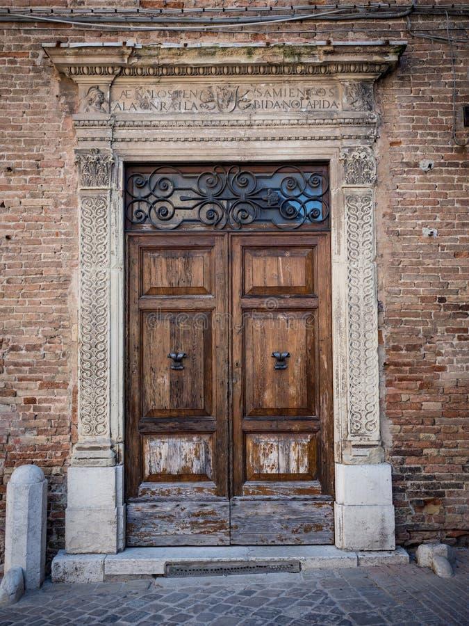Stary drewniany portal z kolumnami i architraw w bielu kamieniu obraz stock