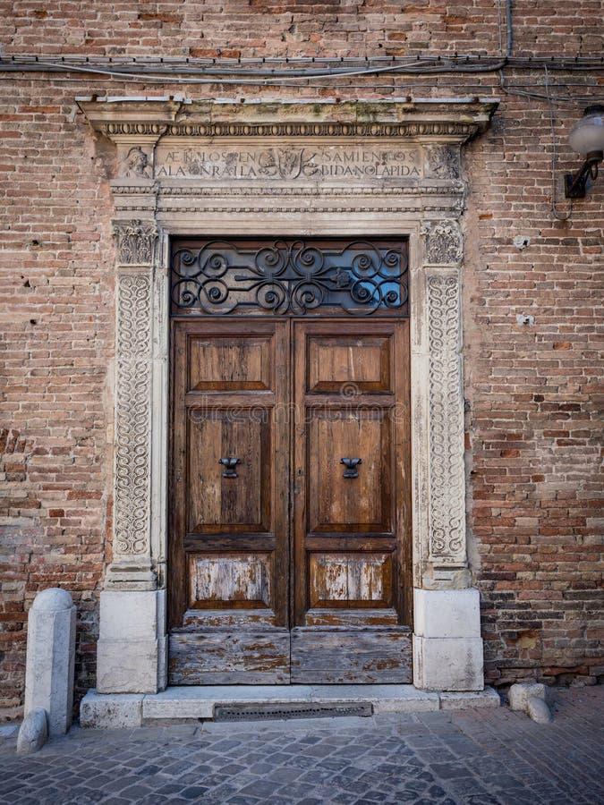 Stary drewniany portal z kolumnami i architraw w bielu kamieniu obraz royalty free
