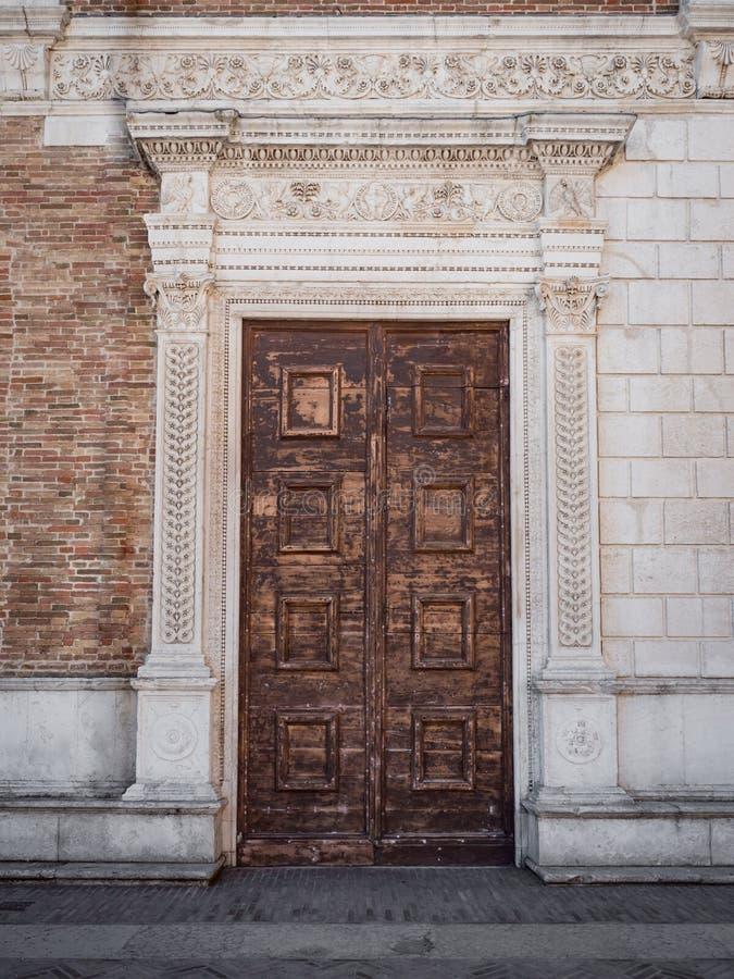 Stary drewniany portal z kolumnami i architraw w bielu kamieniu zdjęcia royalty free