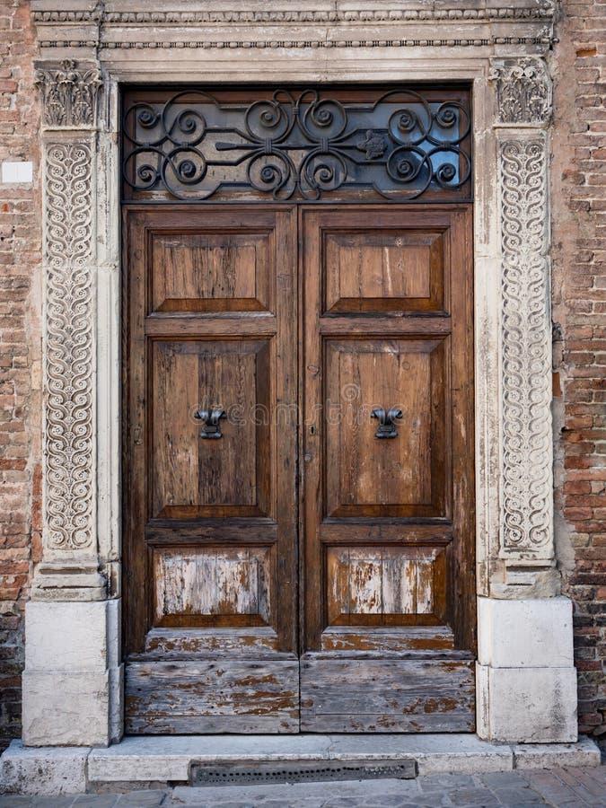 Stary drewniany portal z kolumnami i architraw w bielu kamieniu zdjęcia stock
