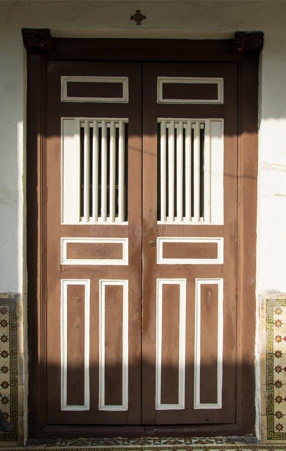 Stary drewniany retro dwoisty dzwi wejściowy Ochrona, ochrony pojęcie fotografia stock