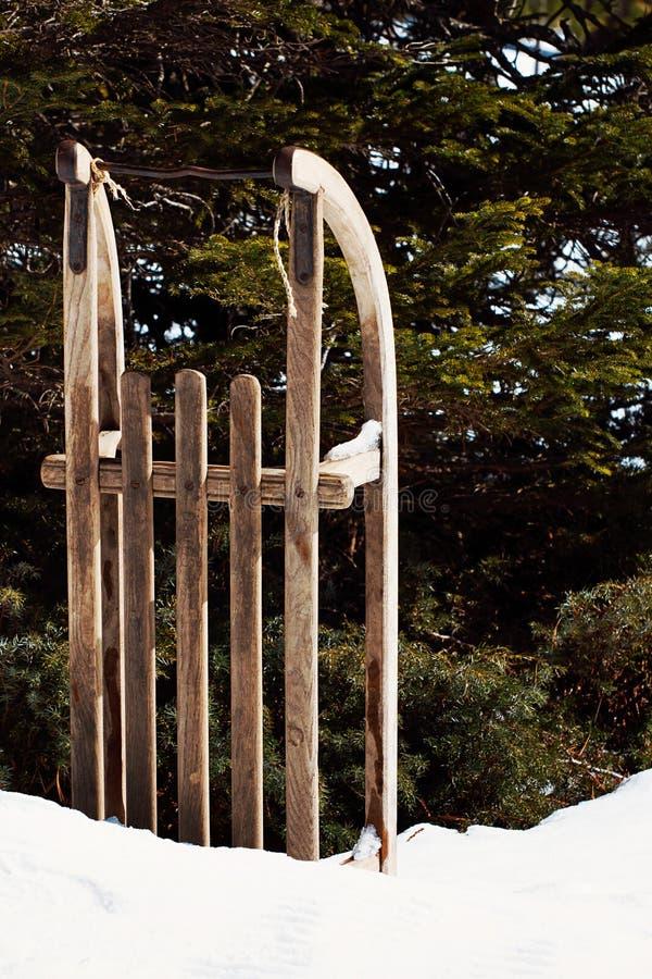 Stary Drewniany sanie Opuszczać W śniegu zdjęcie royalty free