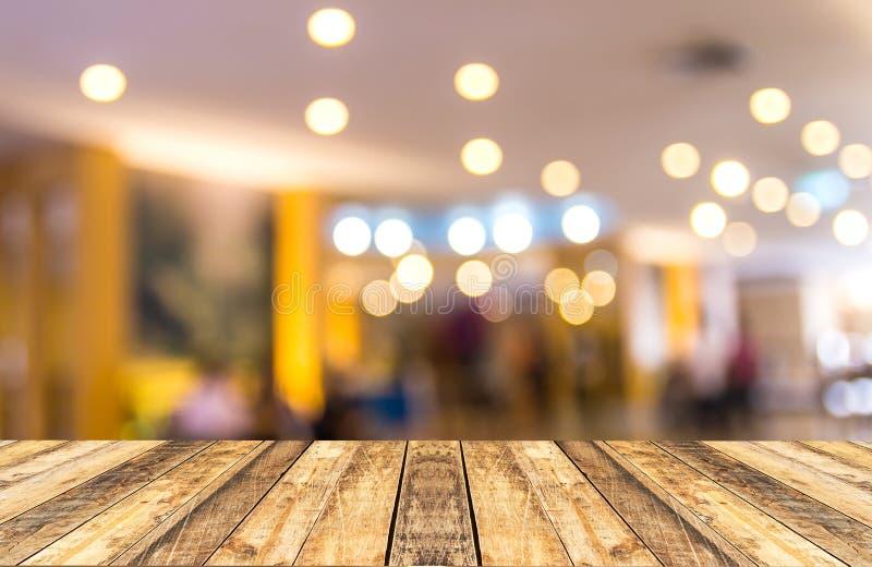 Stary drewniany stół z zamazanym hotelu lobby tłem fotografia stock