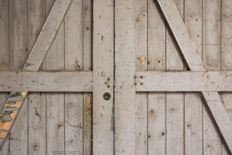 Stary drewniany stajni drzwi zakończenie fotografia stock