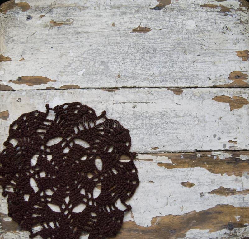 Stary drewniany tło z szydełkującą pieluchą fotografia royalty free