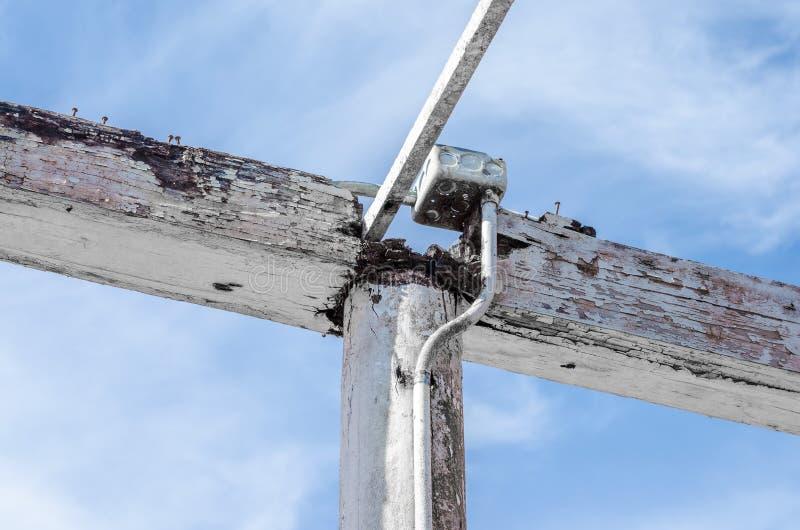 Stary drewniany telefoniczny słup z drutami na niebieskim niebie zdjęcia royalty free