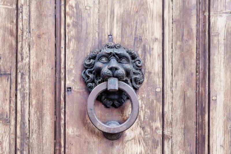 Stary drewniany wejściowy drzwi z antykwarską drzwiową rękojeścią zdjęcia stock