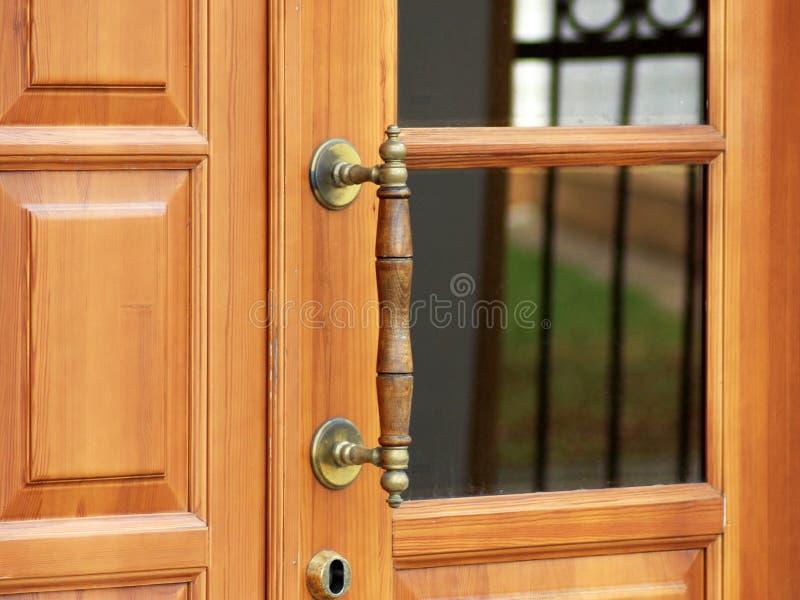 Stary drewniany wejściowy drzwi z antykwarską drzwiową rękojeścią obraz royalty free