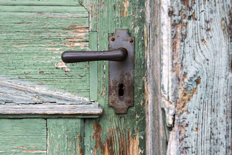 Stary drewniany wejściowy drzwi z antykwarską drzwiową rękojeścią fotografia royalty free