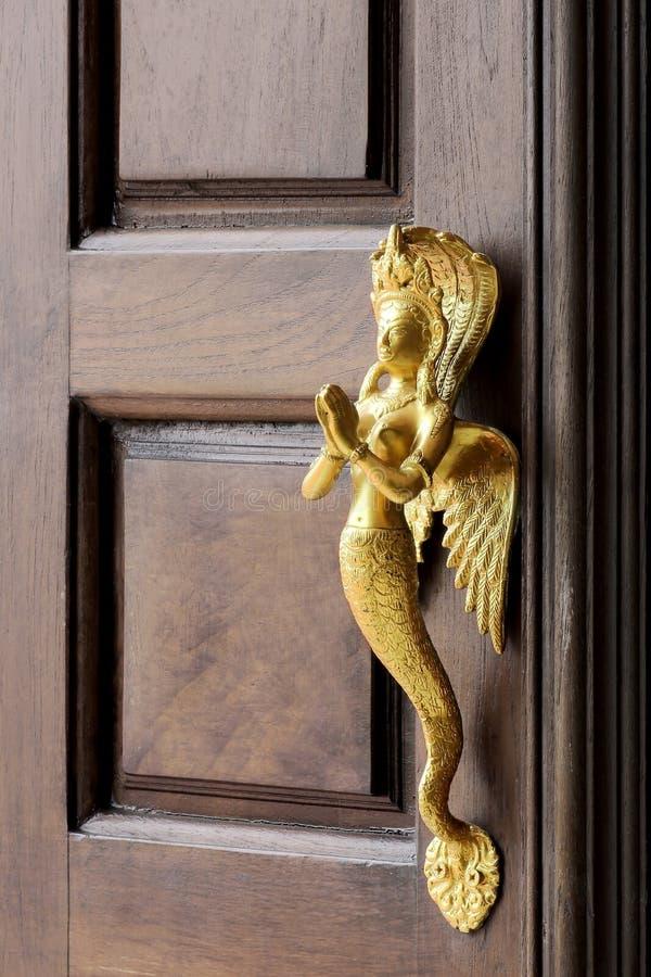 Stary drewniany wej?ciowy drzwi z antykwarsk? drzwiow? r?koje?ci? zdjęcie stock