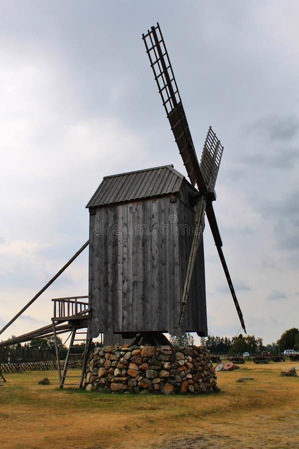 Stary drewniany wiatraczek w Saaremaa obrazy stock