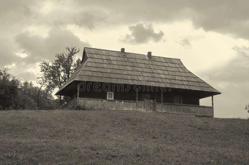Stary drewniany wioska dom w g?rach fotografia royalty free