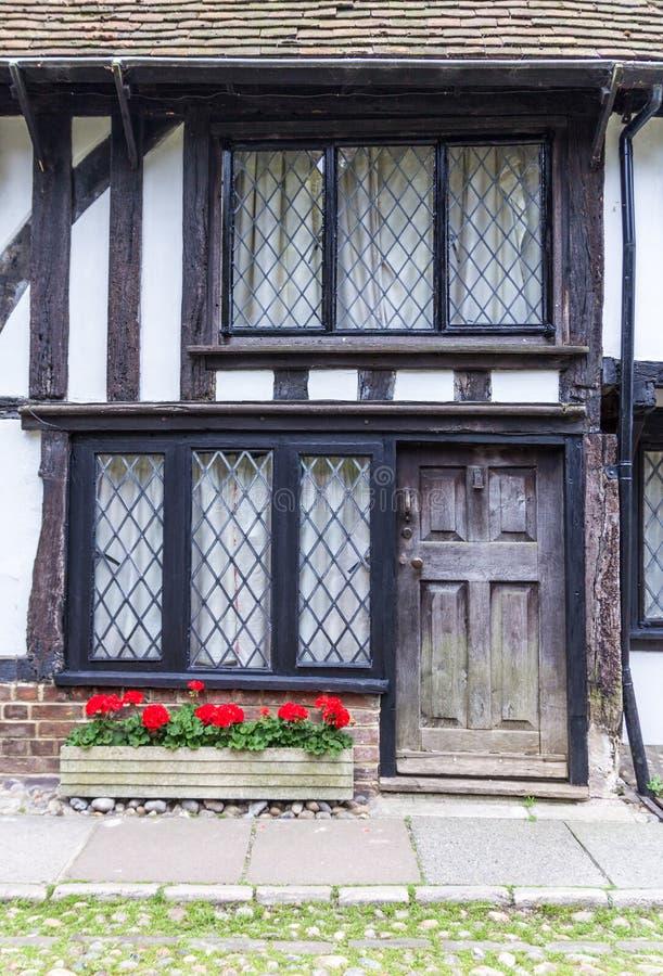 Stary drewniany z czarnym drzwi domem widzieć w życie, Kent, UK obrazy royalty free