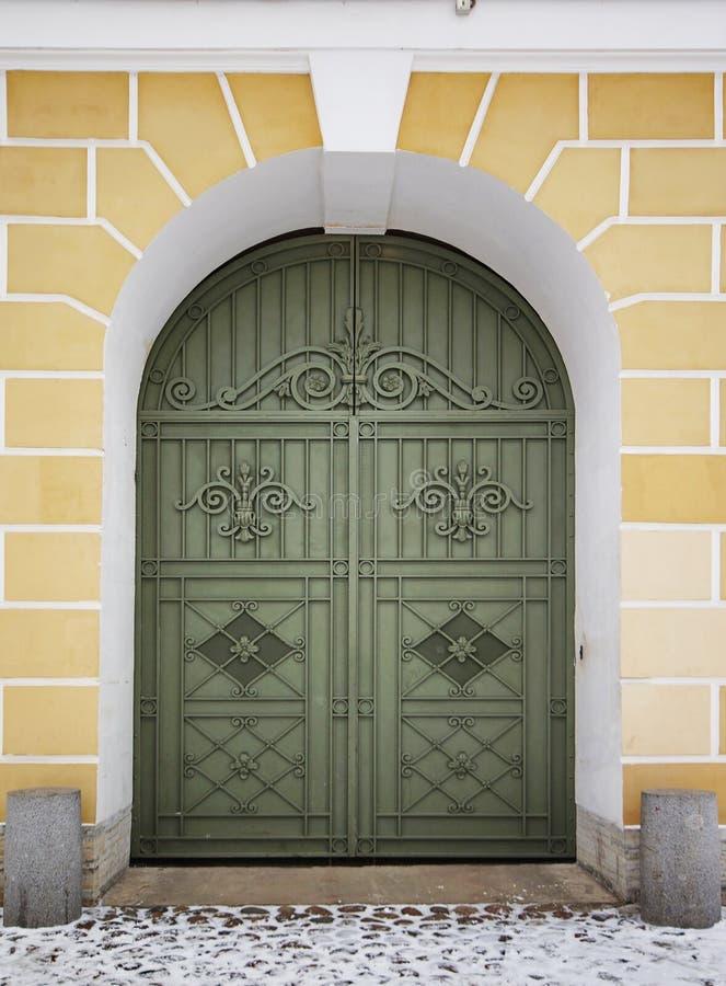 Stary drewniany zielony drzwi obraz stock