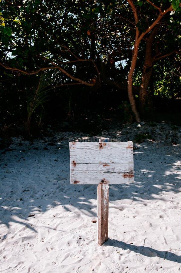 Stary drewniany znak na plaży przy Kabira zatoką, Ishigaki, Okinawa obrazy royalty free