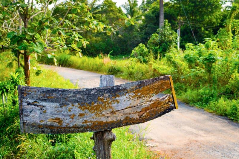 Stary drewniany znak pokazuje sposób Nameplate blisko wiejskiej drogi fotografia royalty free