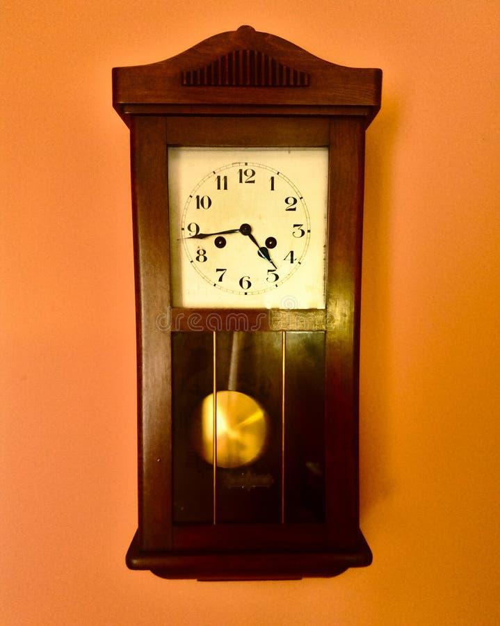 Stary drewno zegar przy ścianą fotografia royalty free