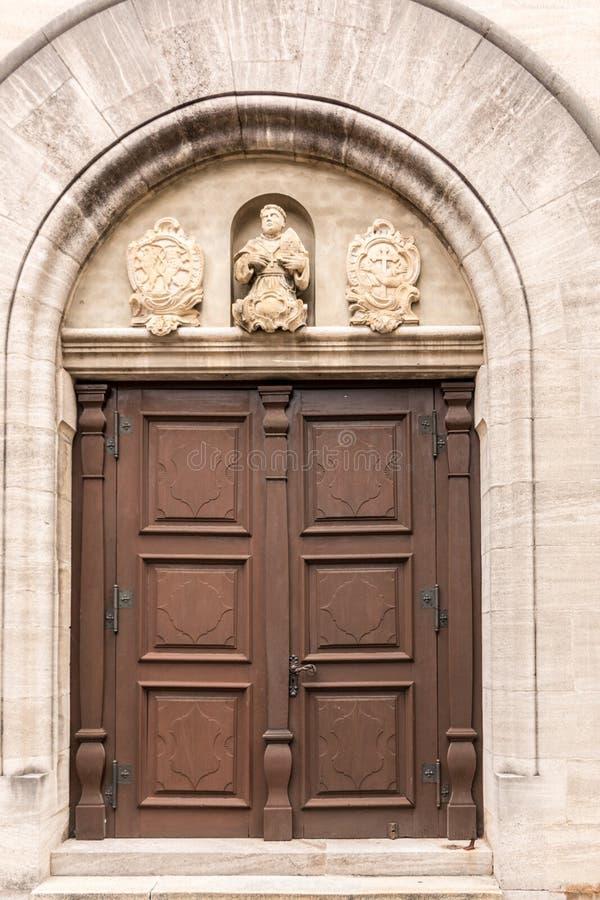 Stary drzwi dziejowy budynek z statuami i żakietami ręki robić kamień zdjęcie stock