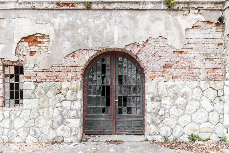 Stary drzwi i Łamany okno obraz royalty free