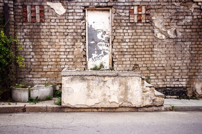 Download Stary drzwi i kroki zdjęcie stock. Obraz złożonej z cegła - 53784726