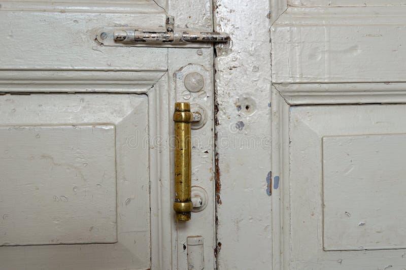 Stary drzwi, pióro, rocznik, farba, biel, tapeta, rygiel, miedziana rękojeść, klapa, dom, pokój, drewniany obraz stock