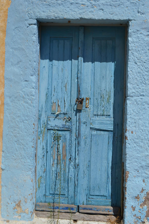 Stary drzwi rujnujący dom w Kefalos zdjęcie royalty free