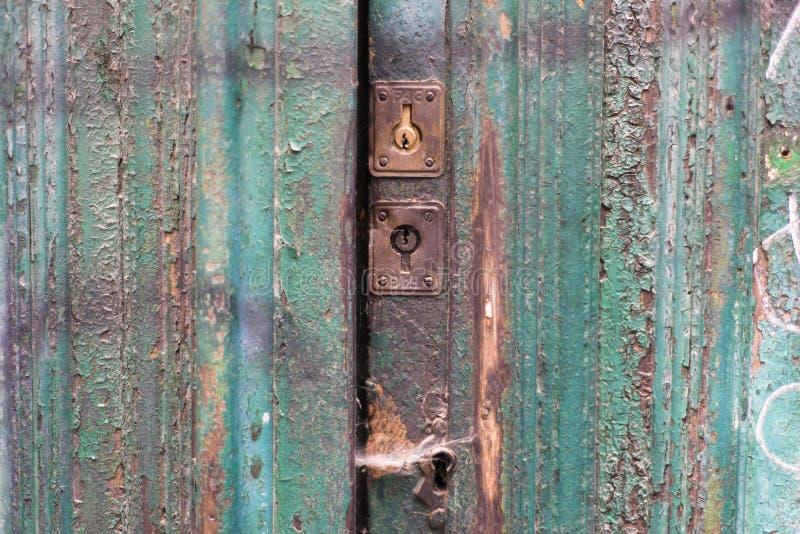 Stary drzwi z dwa locksOld drzwi z dwa kędziorkami zdjęcia royalty free
