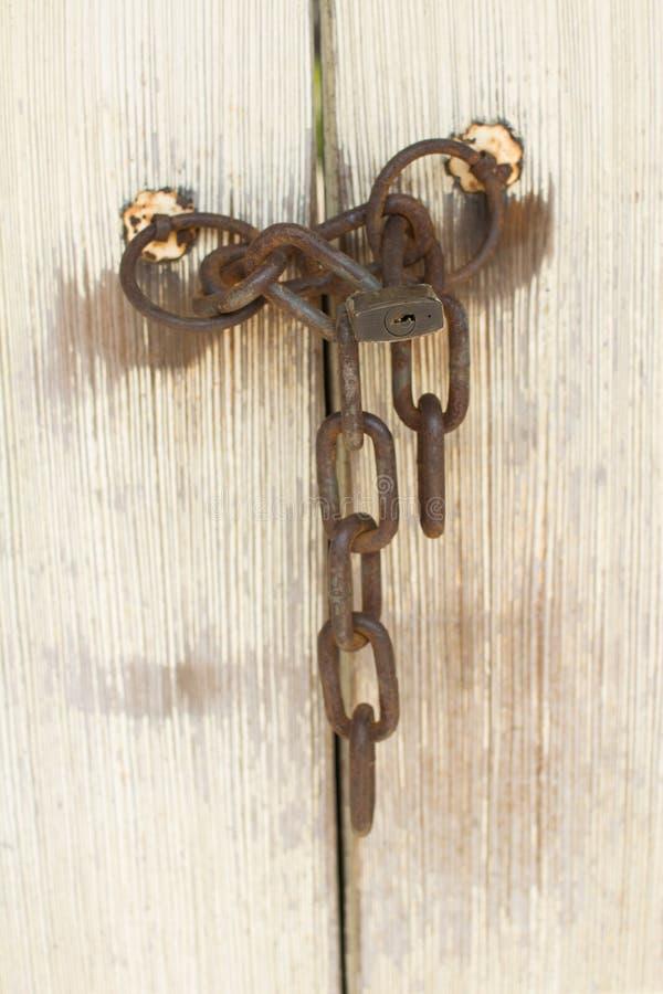 Stary drzwi z kędziorkiem i łańcuchem obrazy stock
