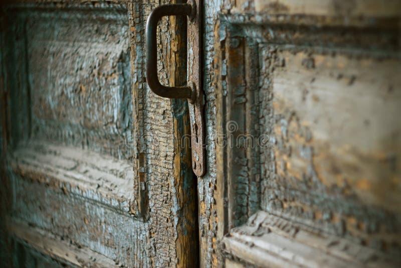 Stary drzwi z ośniedziałą rękojeścią i keyhole zdjęcia stock