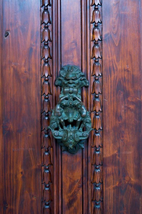 Stary Drzwiowy Clapper na Starym Drewnianym Drzwiowym Bacground obrazy royalty free