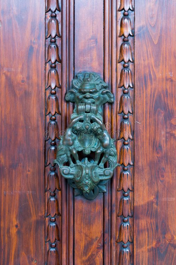 Stary Drzwiowy Clapper na Starym Drewnianym Drzwiowym Bacground obrazy stock