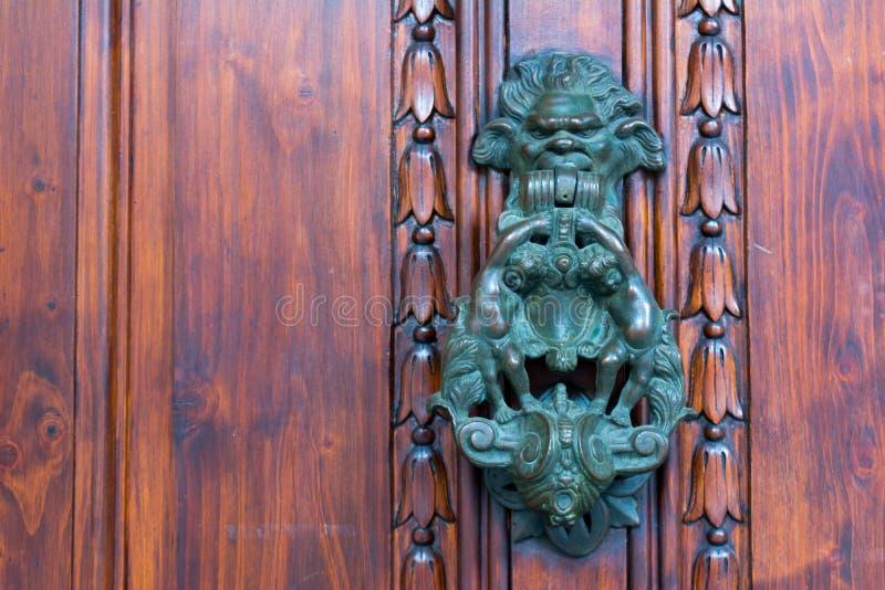 Stary Drzwiowy Clapper na Starym Drewnianym Drzwiowym Bacground obraz stock