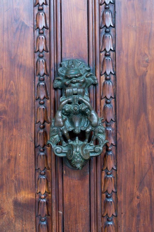 Stary Drzwiowy Clapper na Starym Drewnianym Drzwiowym Bacground zdjęcie stock