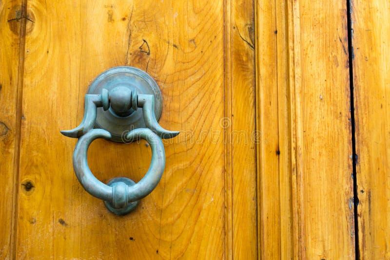 Stary Drzwiowy Clapper na Starym Drewnianym Drzwiowym Bacground fotografia stock