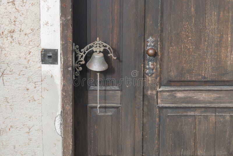 Stary drzwiowy dzwon na starym drewnianym drzwi obrazy royalty free