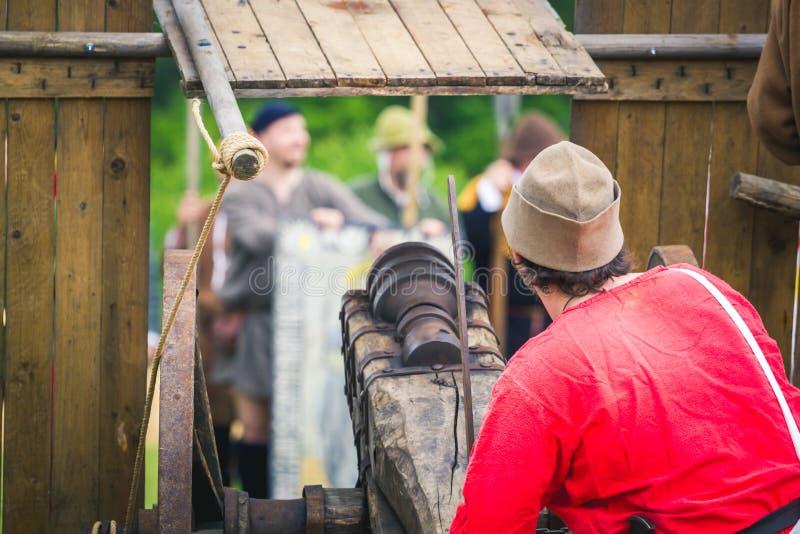 Stary działo z drewnianymi kołami celuje na wrogach Husyckie wojny zdjęcia royalty free
