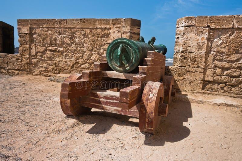 Stary działo na warownej ścianie w Portugalskim fortecznym Sqala Du Przesyłający w Essaouira, Maroko zdjęcia stock