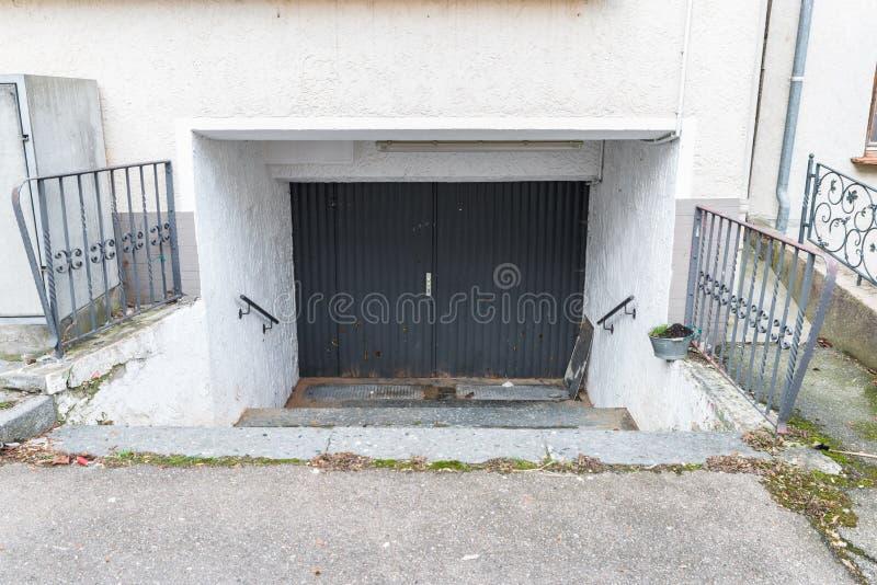 Stary dziejowy drewniany drzwi z ciężkimi żelaznymi dopasowaniami, Niemcy fotografia royalty free