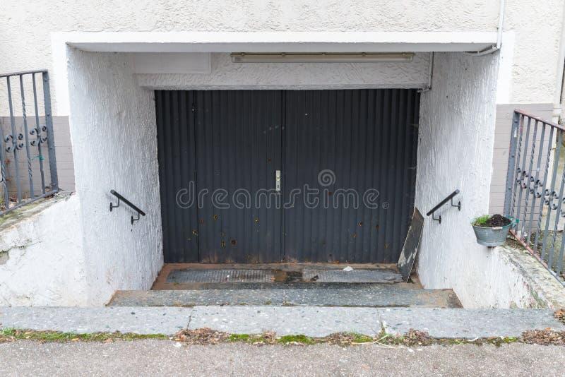 Stary dziejowy drewniany drzwi z ciężkimi żelaznymi dopasowaniami, Niemcy zdjęcie stock