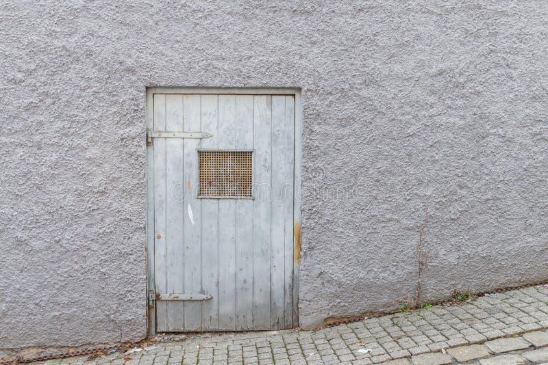 Stary dziejowy drewniany drzwi z ciężkimi żelaznymi dopasowaniami, Niemcy obrazy stock