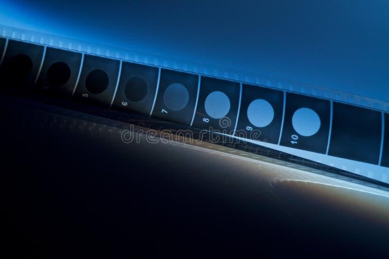 Stary ekranowy pasek z błękitnym cieniem na zmroku zdjęcie royalty free