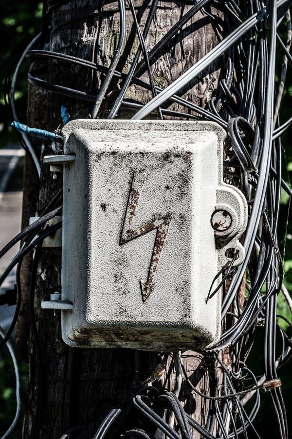 Stary electroguard przeciw tłu zmieszani druty na starej drewnianej kolumnie z bliska zdjęcia stock