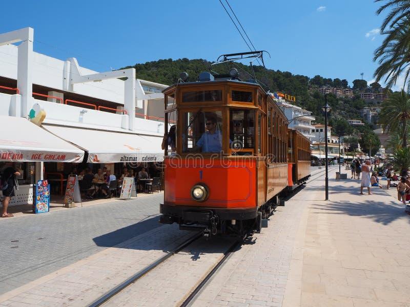 Stary elektryczny tramwajowy bieg między Soller i śródmieściem Portowy De Soller obraz stock